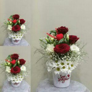 ısparta seramik vazoda papatya ve 3 gül ile hazırlana aranjman yiğitbaşı çiçek ısparta tarafında teslim edilir