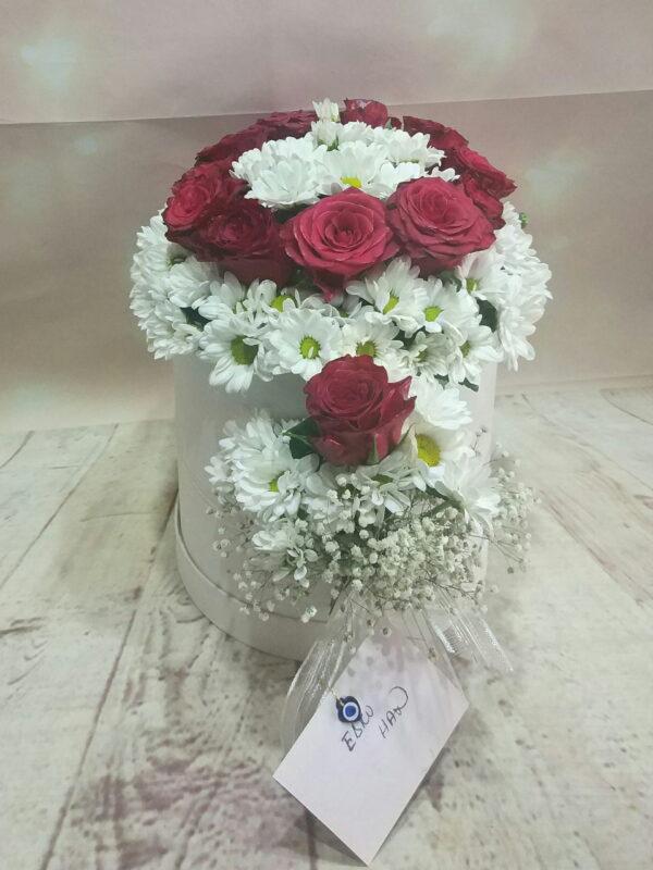 Silindir kutuda beyaz papatya ve kırmızı güller